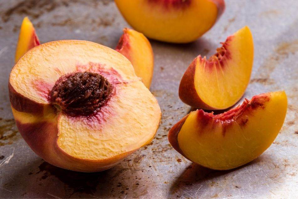 Cutting peaches to dehydrate
